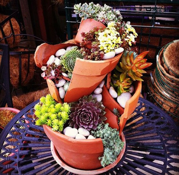 Vasos quebrados se transformam em jardins mágicos