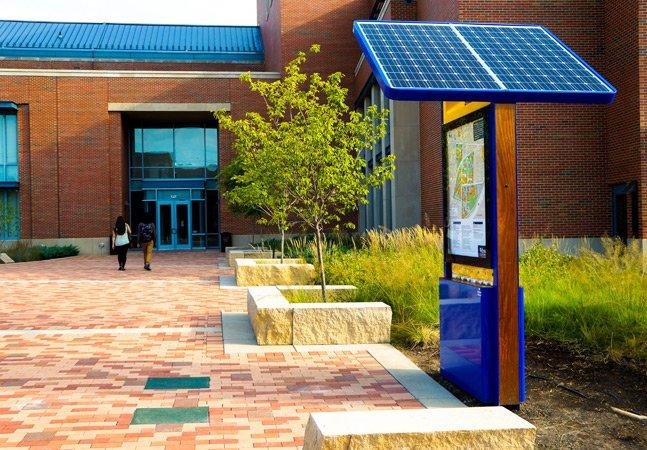 Universidade instala estação pública de energia renovável que permite que todos carreguem seus gadgets