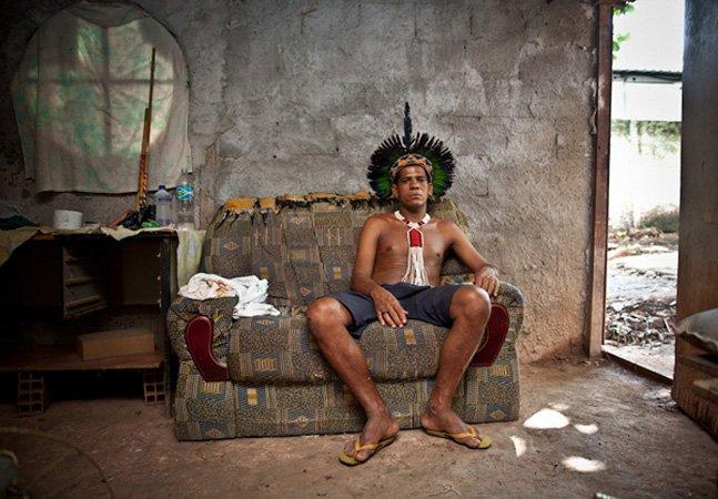 Fotógrafo retrata indígenas despejados pela expansão do Maracanã em série tocante