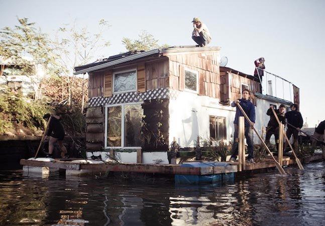 Como esse homem conseguiu transformar um barco antigo de US$1 em uma casa sustentável