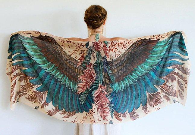 Artista pinta lenços à mão com padrões que simulam asas de diferentes espécies