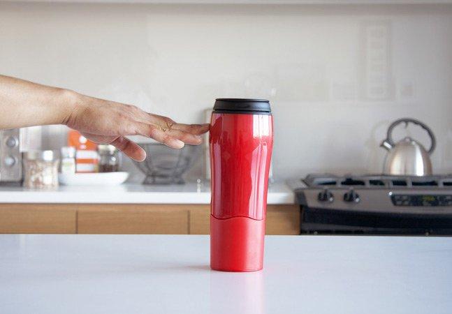 A caneca que não pode ser derrubada e que promete salvar o café dos mais desastrados