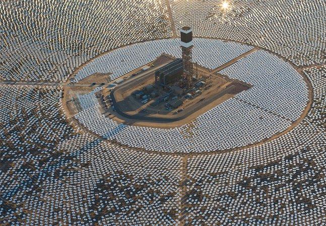 A maior usina solar do mundo fica no deserto da Califórnia e é capaz de gerar energia suficiente para 140 mil casas