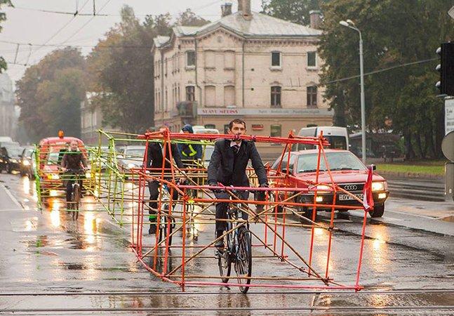 Ciclistas criam ação para mostrar a quantidade de espaço que um carro ocupa comparado a uma bike