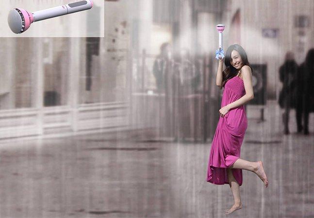 O guarda-chuva inovador que protege você das gotas com uma capa invisível