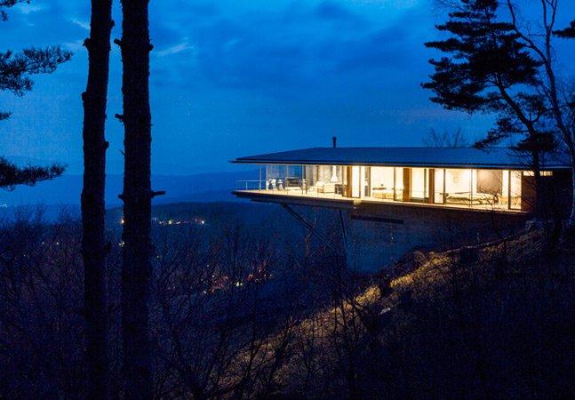 Arquitetos projetam casa suspensa com vista privilegiada para a montanha
