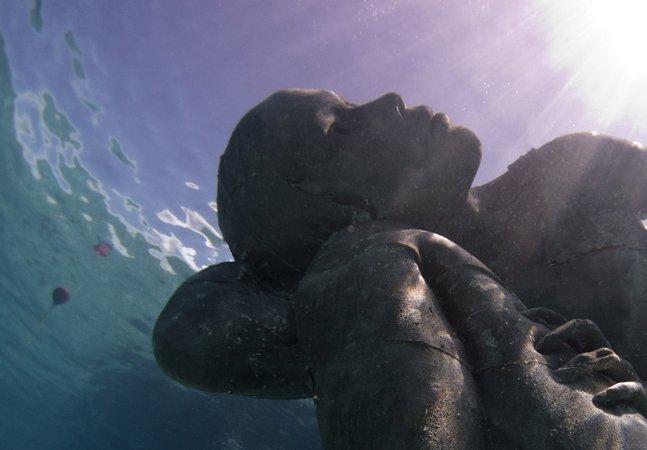 A gigante escultura submersa que funciona como um recife artificial no mar das Bahamas