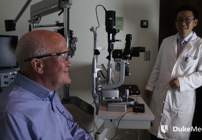 Olho biônico permite que homem enxergue pela primeira vez em 33 anos