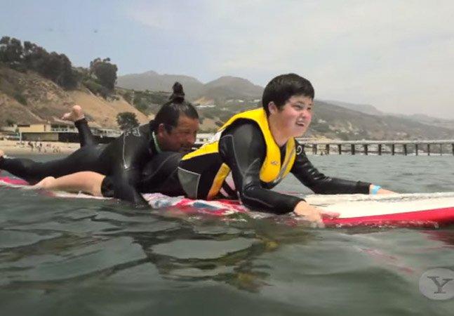 Surfista profissional com filho autista cria escola de surf para crianças que sofrem do distúrbio