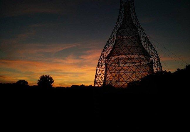 Torre feita de bambu transforma umidade do ar em água potável