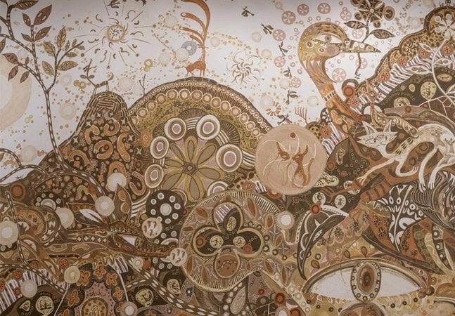 Artista inova e cria mural impressionante com 27 tons de terra