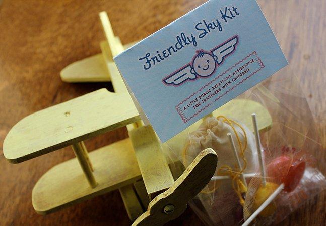 """Pais entregam """"kit desculpas"""" a passageiros pelo choro dos bebês em viagens de avião"""