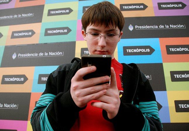 Garoto de 15 anos cria aparelho que ajuda deficientes visuais a reconhecer cores