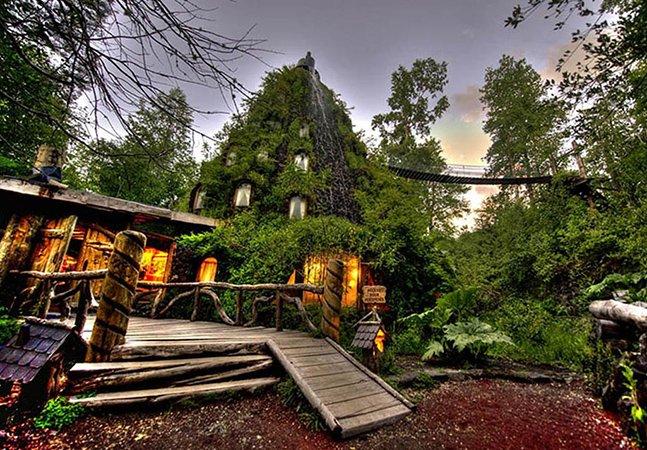 Hotel construído dentro de uma montanha surpreende visitantes no Chile