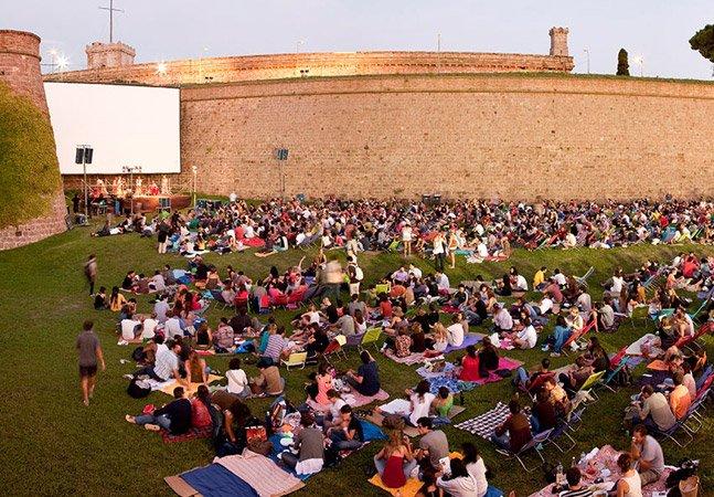 Conheça o cinema ao ar livre que rola no jardim de um antigo castelo em Barcelona
