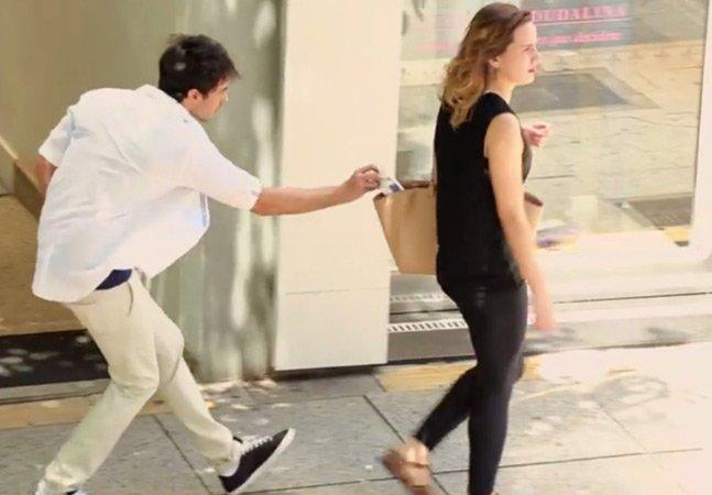 Batedor de carteiras do bem coloca presentes nas bolsas das mulheres em campanha criativa