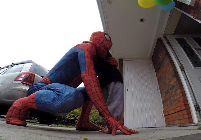 Pai se veste de Homem Aranha para fazer surpresa para o filho  com câncer terminal