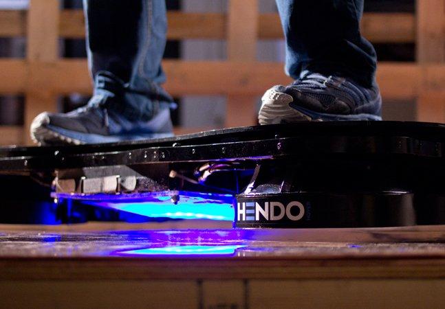 Primeiro skate flutuante do mundo emprega tecnologia que pode revolucionar o transporte e a construção