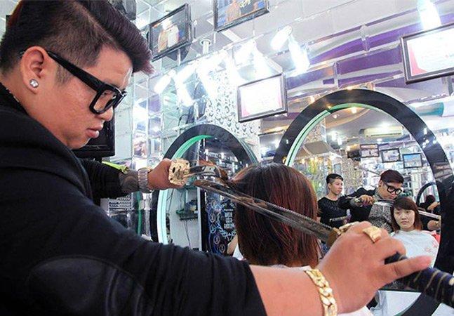 Cabeleireiro surpreende ao utilizar técnica com espada samurai para cortar o cabelo dos clientes