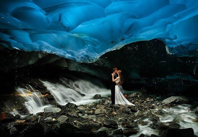 Fotógrafo registra imagens  incríveis de casamento feito em uma caverna de gelo