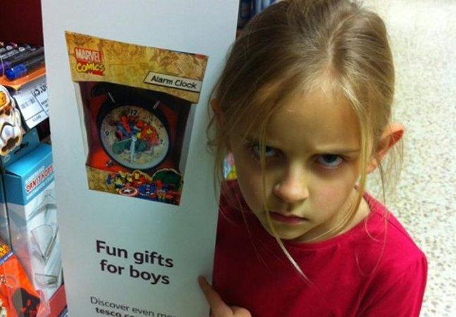 Loja tira adesivo que falava que brinquedo era coisa de menino após reclamação de garota de 7 anos