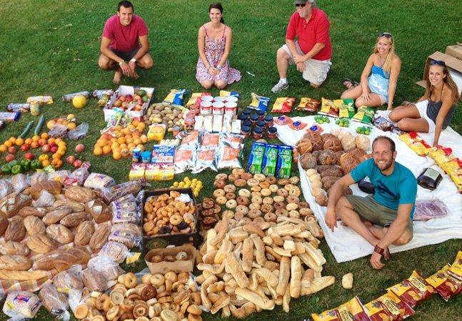 Ativista se alimenta somente de alimentos achados no lixo para protestar contra o desperdício