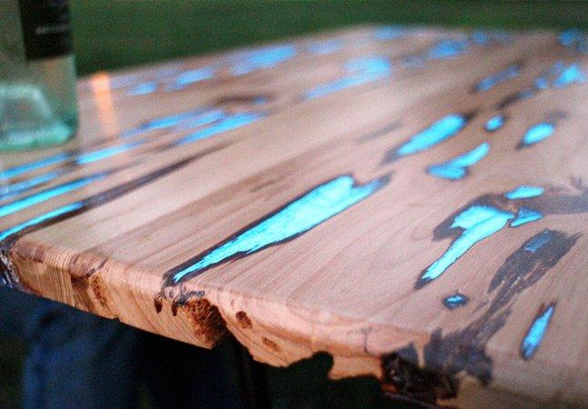Artista cria (e ensina como fazer) bela mesa de madeira fosforescente
