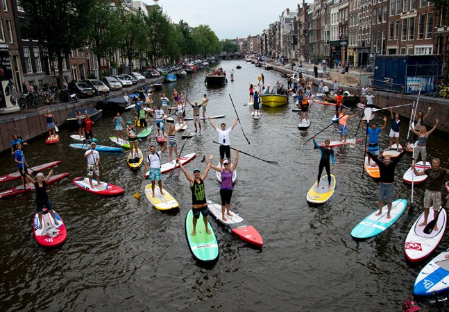 Moradores de Amsterdã podem usar pranchas de Stand-up Paddle como meio de transporte