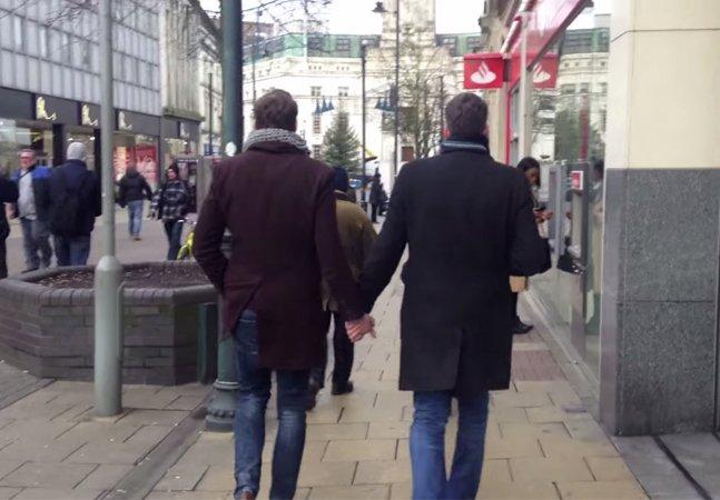 Dois radialistas da BBC saem nas ruas de mãos dadas e sentem na pele o preconceito que ainda existe contra homossexuais