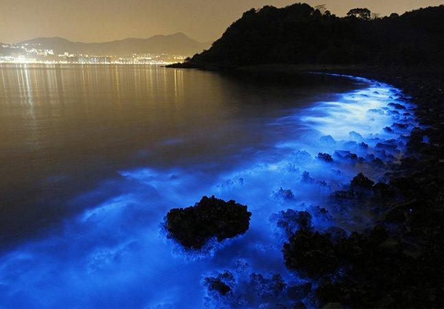 Entenda porque este mar azul neon é incrível e preocupante ao mesmo tempo