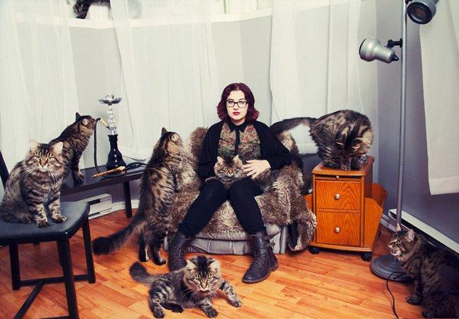 Fotógrafa cria série retratando pessoas apaixonadas por gatos