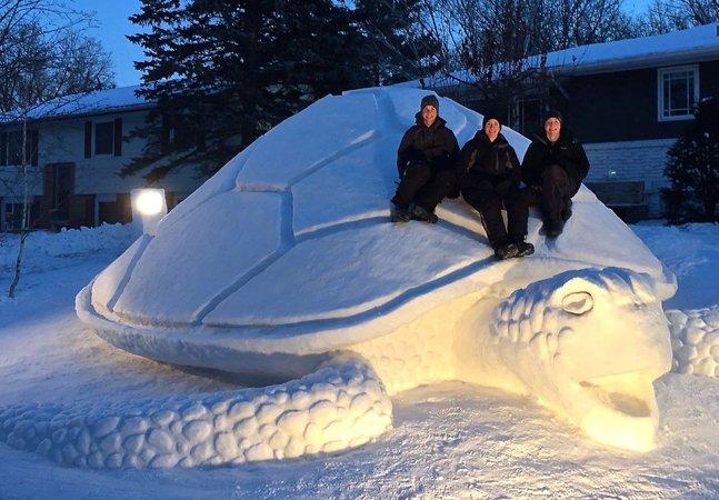 Todos os anos irmãos fazem esculturas gigantes de neve no quintal