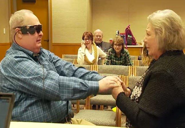 Graças a olho biônico, homem cego enxerga sua mulher pela primeira vez em uma década