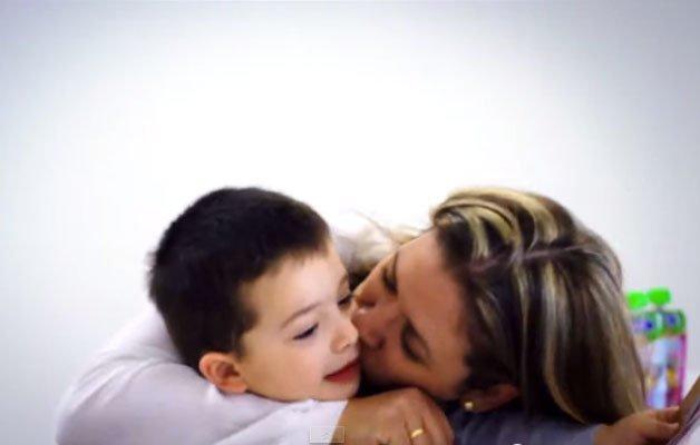 crianca-beijo-mae