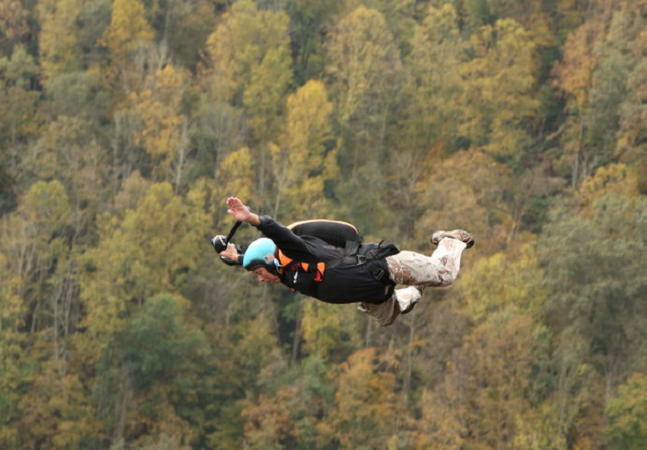 Conheça o homem mais velho do mundo a saltar de paraquedas