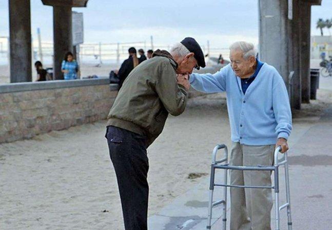 Sobrevivente do holocausto encontra soldado que o libertou há 70 anos