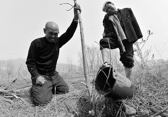 Homem cego e amigo com braços amputados já plantaram mais de 10 mil árvores na China
