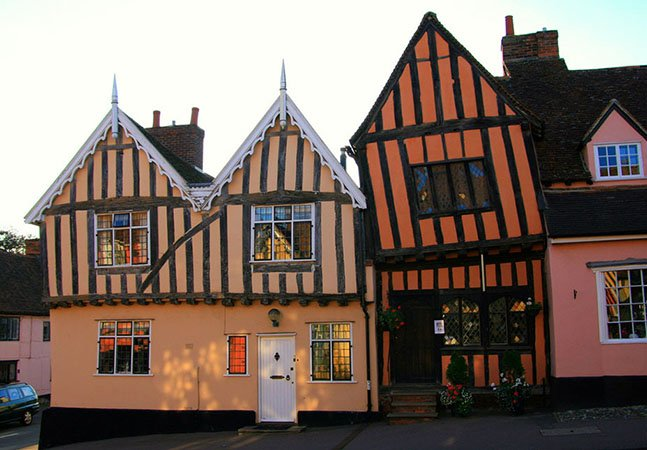 Descubra a cidade inglesa famosa por suas casas tortas