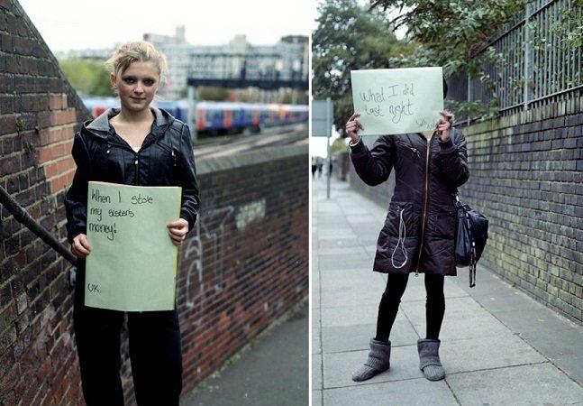 Pessoas mostram cartazes com seus maiores arrependimentos