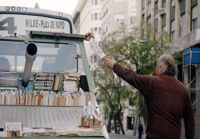 Antigo tanque de guerra vira arma de instrução em massa ao distribuir livros de graça pelas ruas