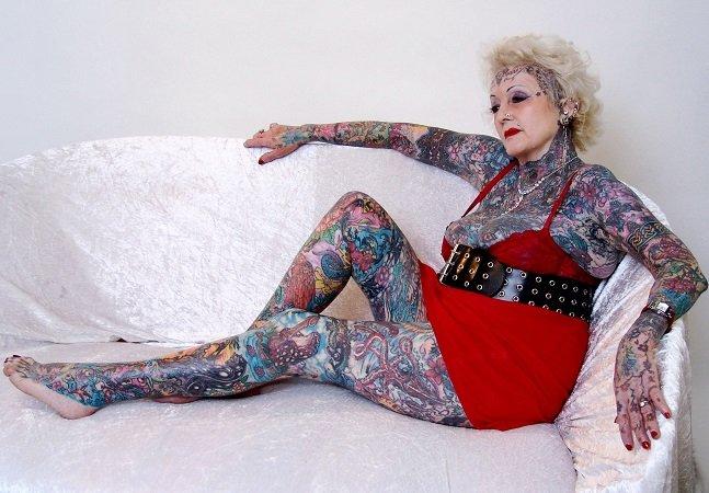 Conheça a inglesa de 77 anos que tem mais de 90% do corpo tatuado