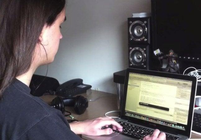 Programador brasileiro com deficiência visual se guia por áudio para escrever linhas de código
