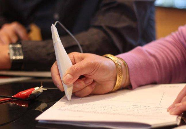 Caneta inovadora ajuda doentes de Parkinson a escrever e relaxar os músculos