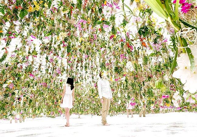 Coletivo cria instalação feita  de flores que parecem flutuar sobre os visitantes em Tóquio