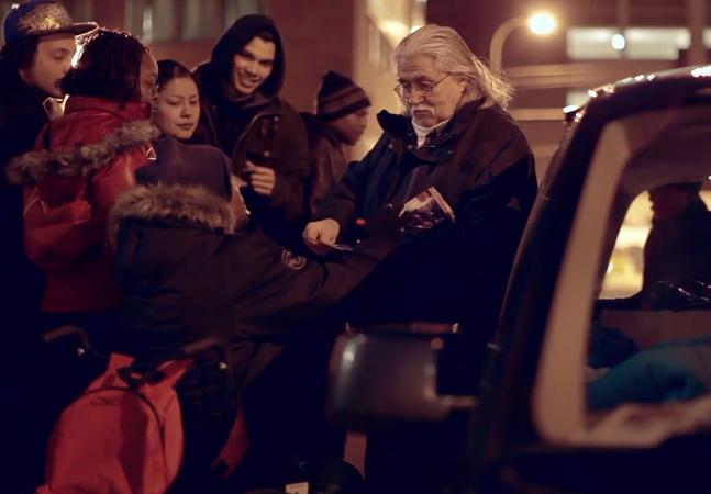 O aposentado que está há 15 anos distribuindo sanduíches para moradores de rua da sua cidade