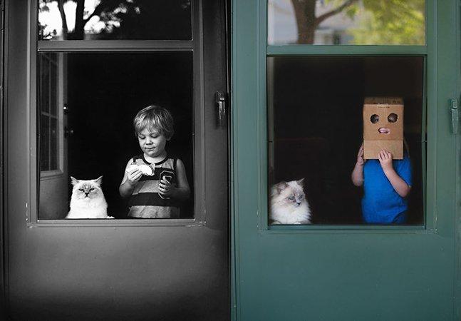 Mãe documenta a adorável relação entre os filhos e seus gatos
