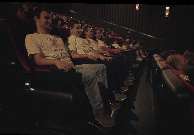 """Cinemagine: sessão especial de cinema pelo Brasil usa experiência sensorial para """"mostrar"""" filmes a deficientes visuais"""