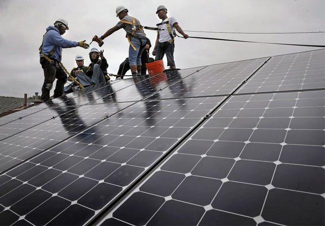Casas de famílias carentes na Califórnia ganham painéis solares bancados por empresas poluidoras