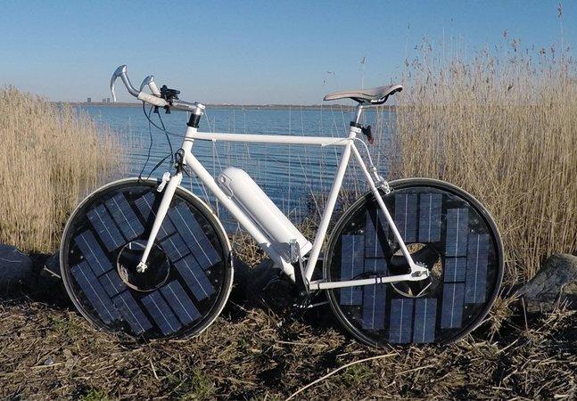 Bike elétrica com painéis solares nas rodas é carregada automaticamente