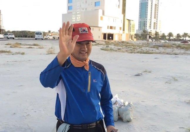 O milionário que há 11 anos acorda às 5h da manhã para recolher lixo das ruas
